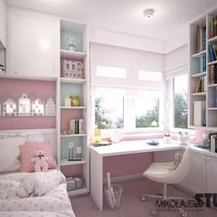 RÓŻOWY POKÓJ DZIECĘCY: styl , w kategorii Pokój dziecięcy zaprojektowany przez MIKOŁAJSKAstudio