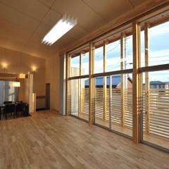 コンパクトな家: 杉浦建築計画事務所が手掛けた窓です。,
