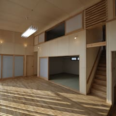 コンパクトな家: 杉浦建築計画事務所が手掛けた壁です。