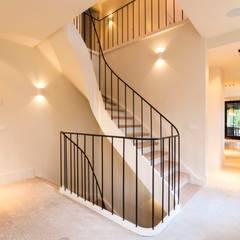 Pasillos y vestíbulos de estilo  por Van Bruchem Staircases & Interiors