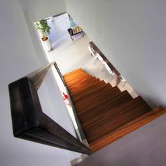 Zwevende trap:  Gang en hal door Van Bruchem Staircases & Interiors