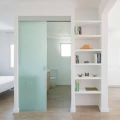 REFORMA PISO SITGES: Pasillos y vestíbulos de estilo  de ADMETLLER arquitectura