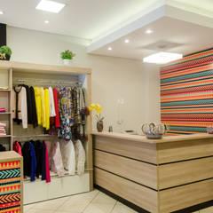 Vista do Caixa: Lojas e imóveis comerciais  por UNNA ARQUITETURA