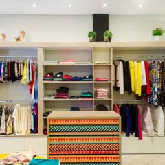 Interiores Loja Amora Melão: Lojas e imóveis comerciais  por UNNA ARQUITETURA