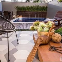 Morada do sol: Piscinas minimalistas por Bortoluzzi Arquitetura