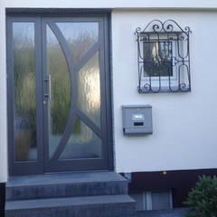 Aluminium Haustür mit Seitenteil:  Fenster von Mester Fenster-Rollladen-Markisen