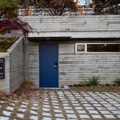 분당 이매동 주택 <Fragrant hill house>: 더 이레츠 건축가 그룹의  차고