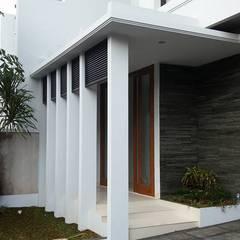 Rumah Bergaya Bali Modern di Cinere: Teras oleh Jasa Arsitek Jakarta, Tropis