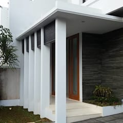 Rumah Bergaya Bali Modern di Cinere: Teras oleh Jasa Arsitek Jakarta,