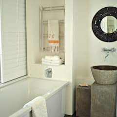 Custom stone vanity:  Bathroom by Turquoise