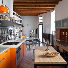 La Cucina: Cucina in stile in stile Mediterraneo di Orsini Architects