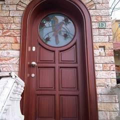 Puertas de entrada de estilo  por Erim Mobilya