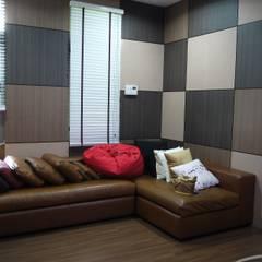 Taling-Chan Residence:  ห้องสันทนาการ โดย Aim Ztudio,