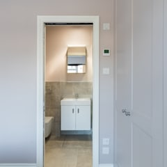 Bathroom by TOTUS, Modern