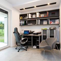 Gabinet: styl , w kategorii Domowe biuro i gabinet zaprojektowany przez in2home