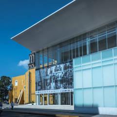 Fachada teatro de la ciudad Irapuato: Centros de exhibiciones de estilo  por Grupo Link