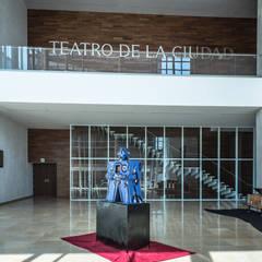 Lobby Teatro de la Ciudad Irapuato: Centros de exhibiciones de estilo  por Grupo Link