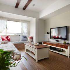 恣意的享受家居生活:  客廳 by 弘悅國際室內裝修有限公司
