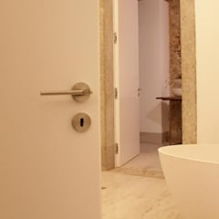 Chiado Bespoke Apartment: Casas de banho  por Commerzn - Boutique Property Developer