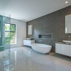 Master bathroom.:  Bathroom by Architectural Hub