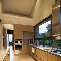 Casa La Querencia: Cocinas de estilo industrial por toroposada arquitectos sas