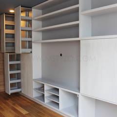 Almacenamiento extraíble: Salas multimedia de estilo minimalista por MSTYZO Diseño y fabricación de mobiliario