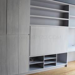 TV cubierta, escritorio visible: Salas multimedia de estilo minimalista por MSTYZO Diseño y fabricación de mobiliario
