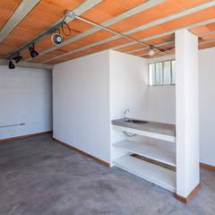 Casa Rua Madalena: Garagens e edículas rústicas por Grupo Garoa Arquitetos associados