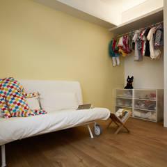 為了成長而預留的空白,使用簡單的傢俱滿足目前的使用需求,未來更能依照狀況調整:  嬰兒房/兒童房 by 弘悅國際室內裝修有限公司