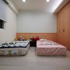 為了孩子的成長與居家的舒適:  嬰兒房/兒童房 by 弘悅國際室內裝修有限公司
