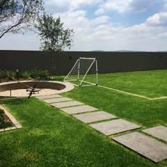 Modern Estate Landscape:  Garden by Acton Gardens, Modern
