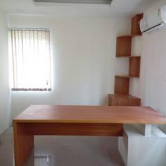 Oficinas de estilo  por Scale Inch Pvt. Ltd.