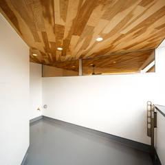 haus-duo: 一級建築士事務所hausが手掛けたテラス・ベランダです。,北欧 木 木目調