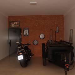 Garagem com pegada indutrial: Garagens e edículas  por Arquiteta Bianca Monteiro