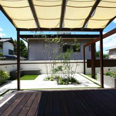 ウッドデッキ: 株式会社 岡本ガーデンが手掛けた庭です。