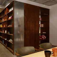 Escritórios e Espaços de trabalho  por 弘悅國際室內裝修有限公司, Industrial Contraplacado