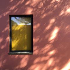 Pink House: Finestre in stile  di Mezzo Atelier