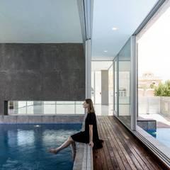 F.Lot House: Piscinas  por Studio Toggle Porto, Lda