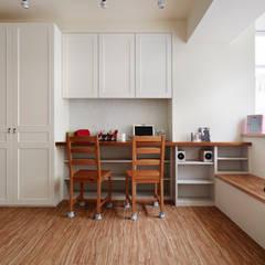 純白色放大空間,讓櫃體的深度沒那麼明顯:  客廳 by 弘悅國際室內裝修有限公司