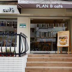 小露台與小雨棚有點小可愛:  餐廳 by 弘悅國際室內裝修有限公司
