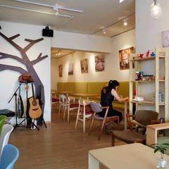 隨手客製的木形式整個店家的精神象徵:  餐廳 by 弘悅國際室內裝修有限公司