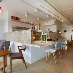輕巧的吧檯也是營造顧客與經營者兼閒聊的一個媒介:  餐廳 by 弘悅國際室內裝修有限公司