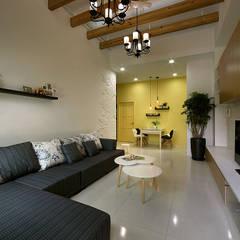 Salas / recibidores de estilo  por 品茉空間設計/夏川設計, Mediterráneo Madera Acabado en madera