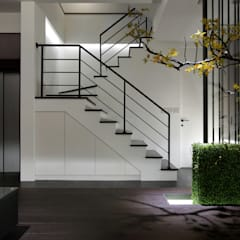 樓梯間的燈光設計提供了照明也豐富了視覺效果:  視聽室 by 夏川空間設計工作室