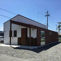 開放的な美容室: HALM建築設計事務所が手掛けた商業空間です。