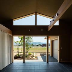 眺望とお庭を楽しむ|火のある暮らしを楽しむ住まい 天理の家: 小笠原建築研究室が手掛けた木製サッシです。,モダン タイル