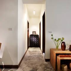 Corredores e halls de entrada  por 弘悅國際室內裝修有限公司