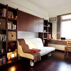書房的收納強大,深色木作增添安穩沈靜的質感:  臥室 by 弘悅國際室內裝修有限公司