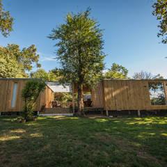 CASA MODULAR DE MADERA HÉCTOR & PURI: Jardines de estilo  de ADDOMO