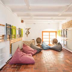 Casa en Sant Pau d'Ordal: Garajes de estilo  de Silvia R. Mallafré
